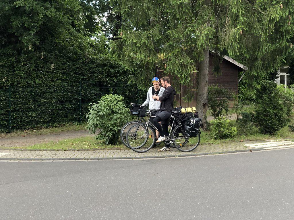 Fahrradrabauken stehen am Wegesrand